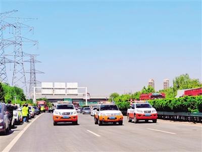 经过57天的紧张施工,西安绕城高速路面专项整治工程提前33天完工,4月28日上午全线通车。施工后的西安绕城高速焕然一新。 本报记者 李佳 摄