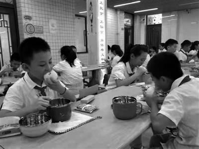渭南市北塘实验小学学生在学校吃晚餐