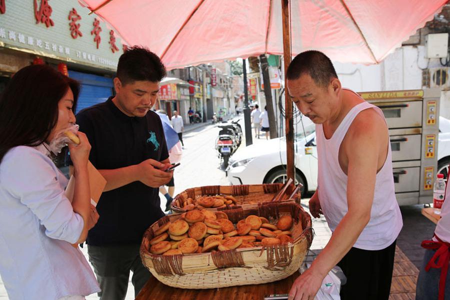陕北一家人做土月饼