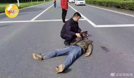 西安高新一男子低血糖晕倒!城管交警联合救治