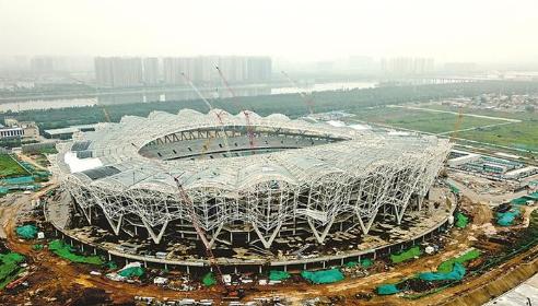 建设中的可容纳6万人的西安奥体中心主体育场。 本报记者 戴吉坤摄