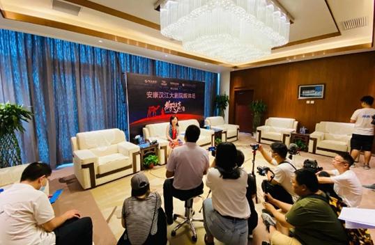 ▲陕旅集团副总经理赵月望接受媒体现场采访