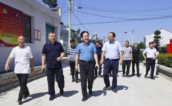 雁塔区区委书记赵小林走访调研上马村脱贫攻坚工作