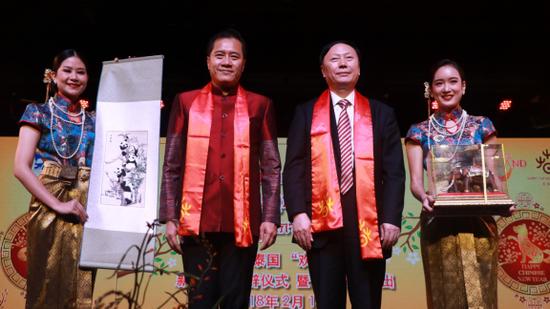 中国文化部副部长杨志今和泰国旅游与体育部部长威拉萨分别代表两国政府向中泰两国人民致新春贺辞