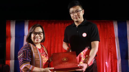 泰国旅游与体育部副部长苏金娜与陕西赴泰国演出团领队赵鹏互换礼物