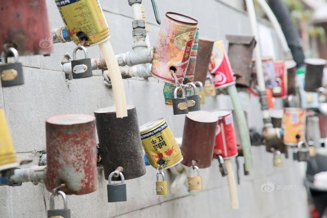 居民水龙头上加铁锁 接水需开锁取盒子