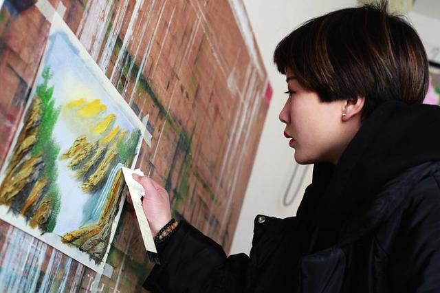 厉害!西安大学生用刀片10分钟画起一幅山水画