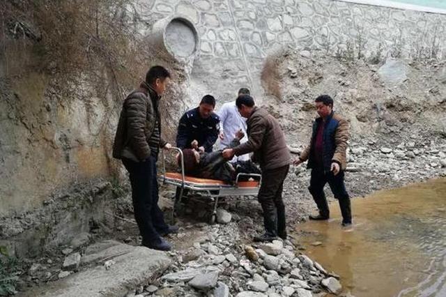 汉中70岁老人下桥墩拾荒 不慎落水倒地不起