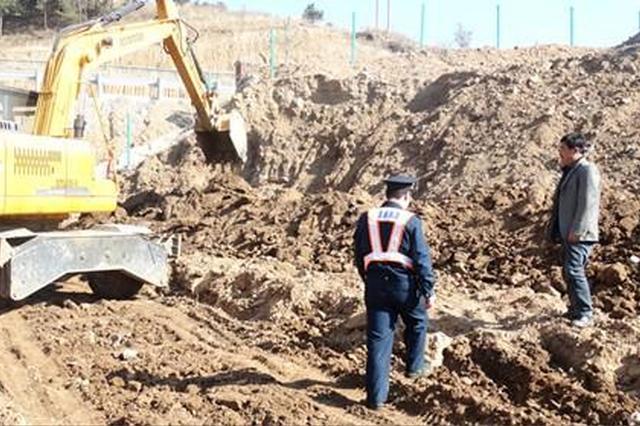 陕西:个人取土挖沙 加剧地质灾害至少罚一万元