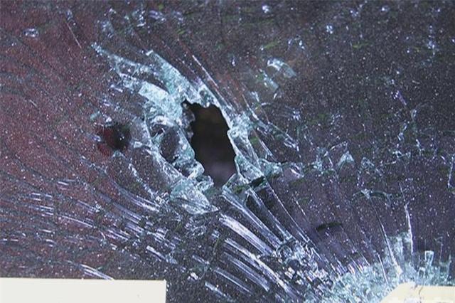 """开车上路发现爱车挡风玻璃""""弹孔"""" 警方介入调查"""