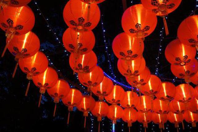西安都城隍庙市场年味浓 各式红灯笼走俏价格亲民