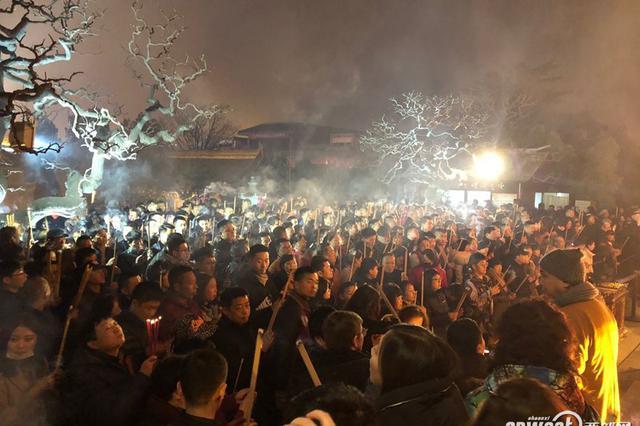 除夕夜西安大雁塔景区大慈恩寺迎众多市民游客祈福
