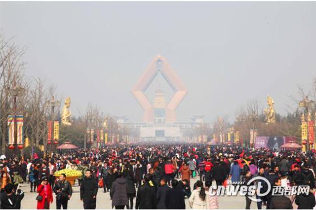 大年初一法门寺游人如织 众多游客祈福迎新年