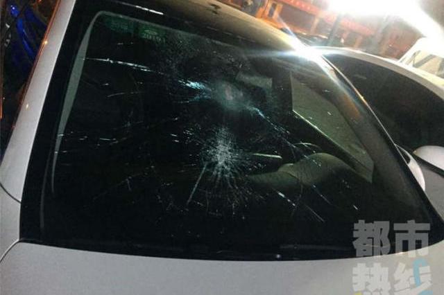 男子过年开爱车回西安停路边 被人持灭火器砸毁玻璃