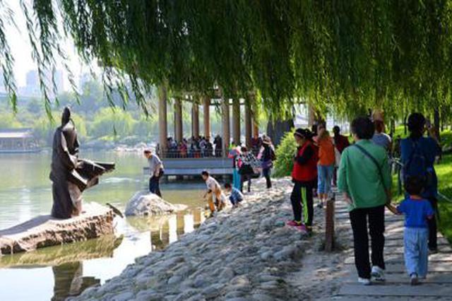 曲江景区春节迎游客出行高峰 交警新增2000余临时停车位