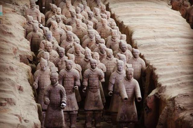 秦始皇兵马俑景区人山人海 小女孩与家长被挤散