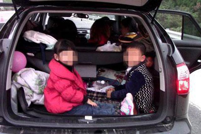 大过年小车后备箱藏小孩 民警急拦截原是虚惊一场