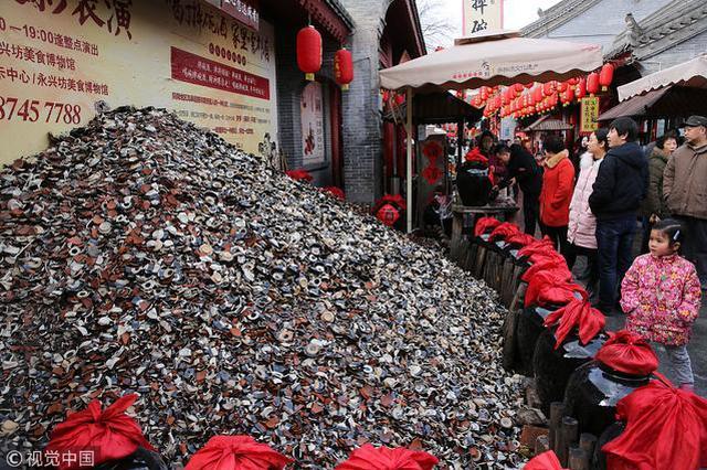 西安摔碗酒一年比一年火 店家门口碎碗堆积如山