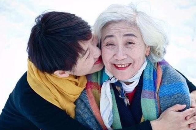 西安女大学生为妈妈拍照走红 网友:岁月从不败美人
