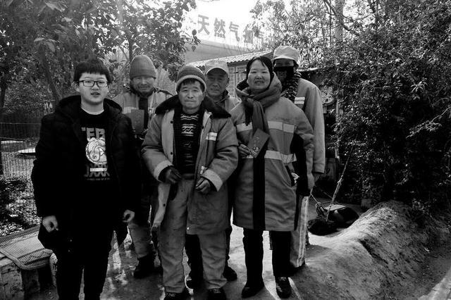 西安12岁男孩攒下压岁钱 给街头环卫工发红包
