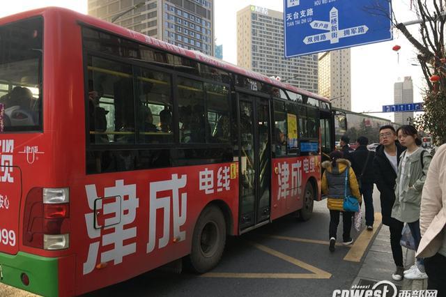 """网友吐槽西安""""任性""""公交车 投诉电话全天无人接听"""