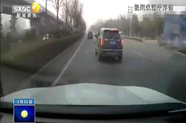 """男子街头开""""斗气车""""多次逼停后方车辆 交警:涉嫌危险驾驶可"""