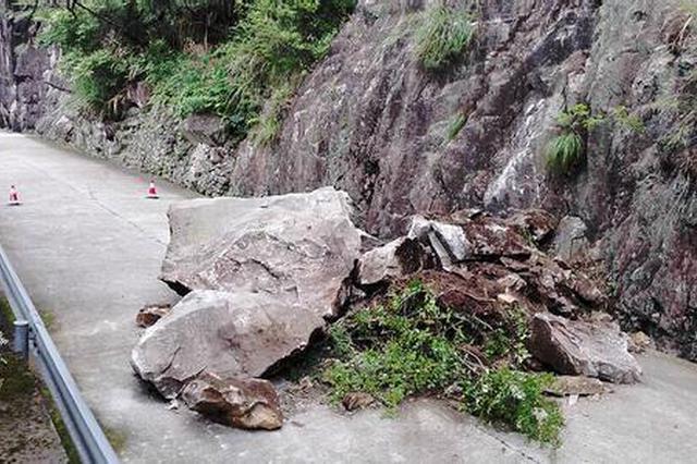 210国道山体塌方路面受阻 过往车辆请择路绕行