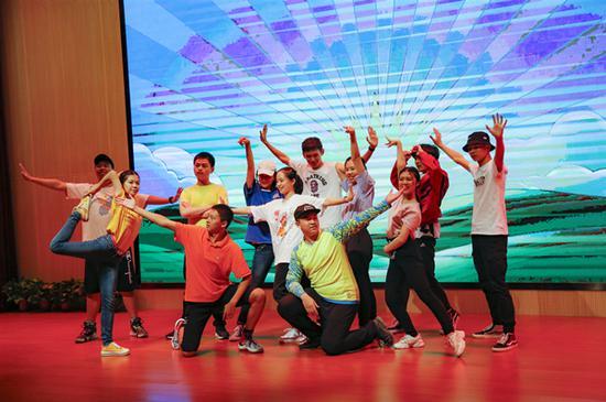 全体罗德学子表演了舞蹈——《我们都是追梦人》