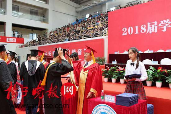 张庆奎书记为毕业生拨正流苏