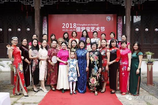 朱绘晴女士(右六)与旗袍秀嘉宾合影