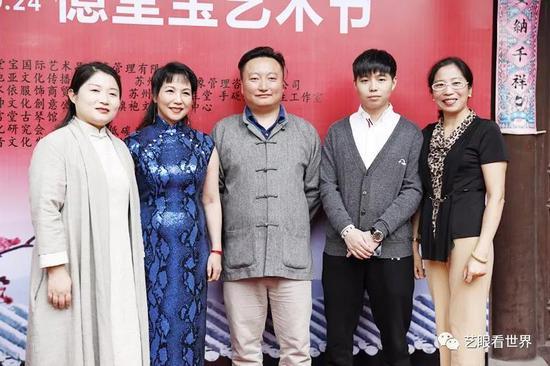 朱绘晴女士(左二)与参会领导、艺术家(部分)合影