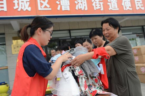 顾静静(左)在现场接收市民物资捐赠