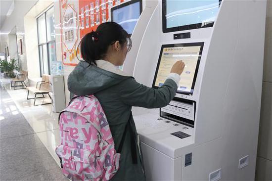 部分居民正通过证照登记一体机自助申请开办企业