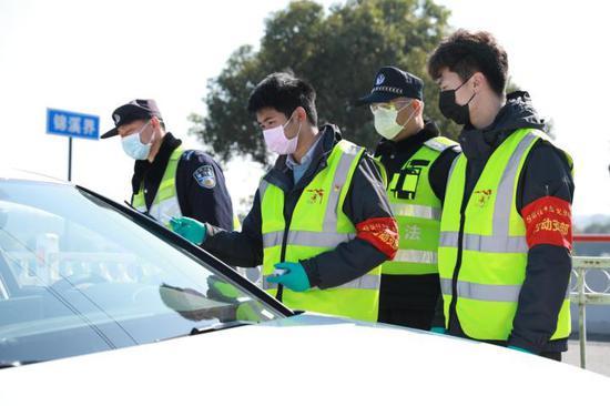 周庄古镇景区工作人员正在协助交通管控