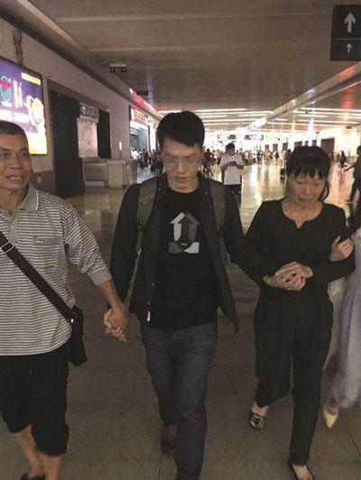杨仁荣与家人团聚。亲戚供图