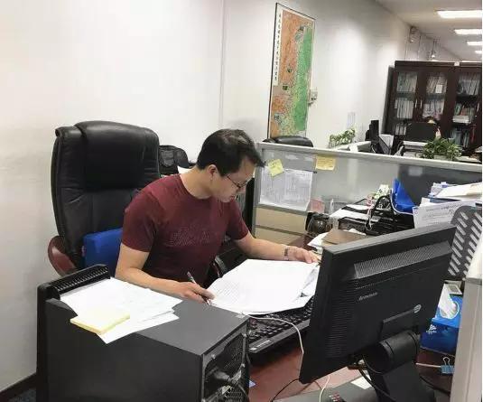 肖涵同志在查阅整理资料