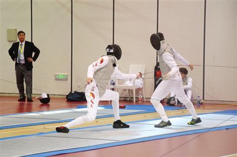雷声(左)参加男子花剑比赛。   □赵焱   摄
