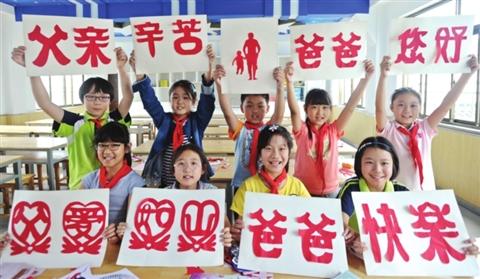 近日,平江实验学校的学生利用课余时间,在民间艺人的指导下,通过剪纸、棕编的手工技艺制作祝褔礼物,迎接父亲节的到来。 □记者 杭兴微 摄
