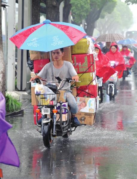 昨天午后,苏城迎来降雨。据气象部门预报,预计今天我市将有强降雨,雨量可达暴雨、中北部局地大暴雨。 □记者 杭兴微 摄