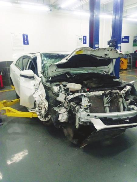 一辆撞废的网约车