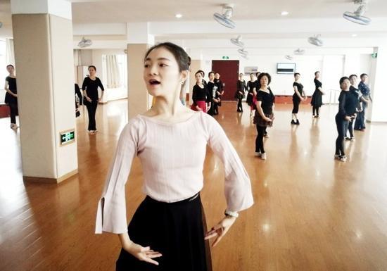 她们跟着一位年轻的姑娘,和着音乐的节拍,舞动着身体,舞动出快乐!动作也比较舒展、协调。