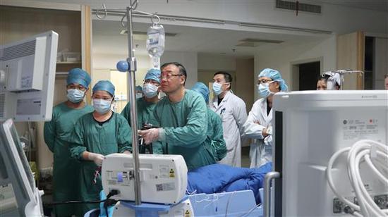 内镜下十二指肠粘膜下肿瘤切除术手术中