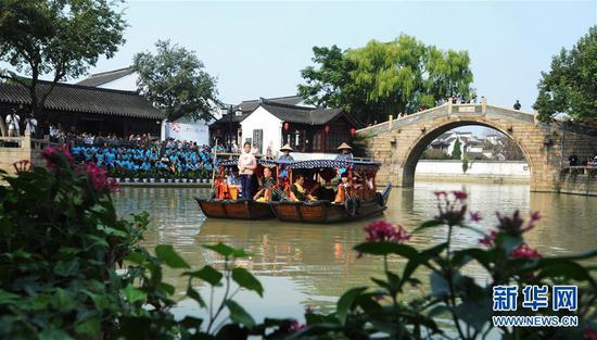 10月7日,参赛选手乘坐摇橹船参加诗词比赛。新华社发(杭兴微 摄)