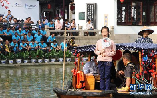 10月7日,参赛选手乘坐摇橹船参加诗词比赛。