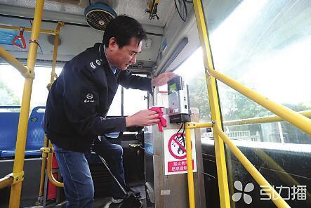 公交驾驶员劳动强度大,岗位要求高,安全责任重。杭兴微摄