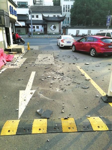 上周发生外涂层坠落时,散落一地的水泥块。(市民提供)