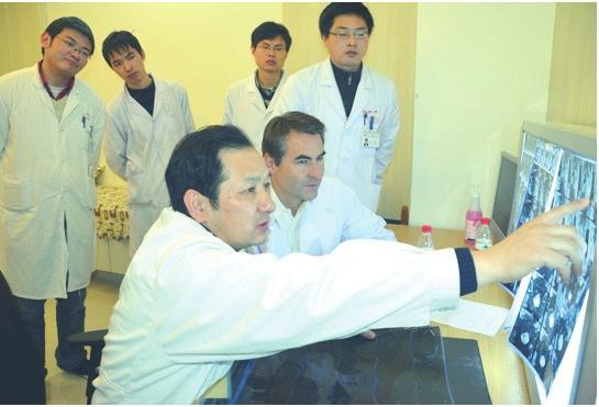 杨惠林教授与美国MatthewGornet教授在苏大附一院一起探讨病情