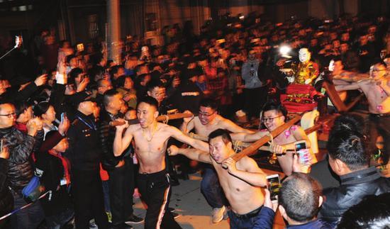 昨天,胥口蒋家村的男子们赤膊抬猛将,为新年祈福。□记者濮建明摄