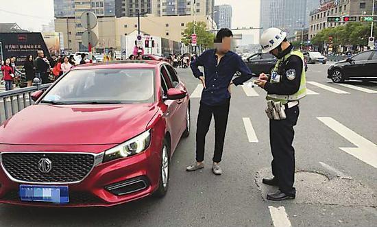 """姑苏交警在""""春雷行动""""中查获多起涉驾驶证的交通违法行为。  沈涛  摄"""