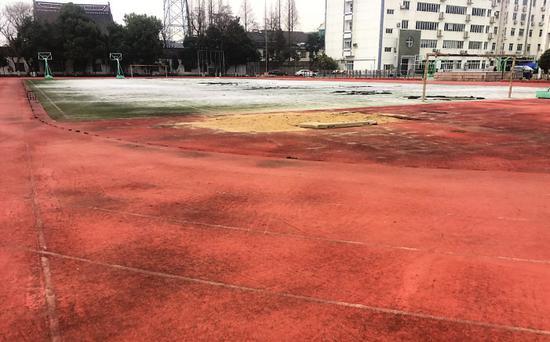 一所中学向公众开放的体育设施